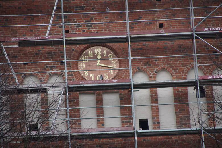Trwa remont sławieńskiego kościoła WNMP. Kilka tygodni temu  na kościele pojawił się nowy zegar. Na miedzianej tarczy można zauważyć złote cyfry i wskazówki.