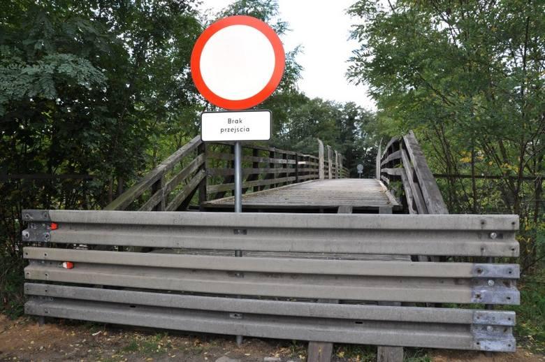 Zarząd Dróg Wojewódzkich zamknął zniszczoną kładkę nad torami kolejowymi, która łączyła centrum z północną częścią miasta (ul. Powstańców Śląśkich z