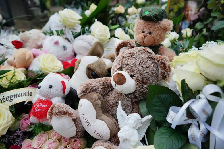 Pogrzeb 8-letniej Mai, która została śmiertelnie potrącona na skrzyżowaniu ul. Opolskiej i Jesionowej, odbył się w piątek na cmentarzu przy ul. Bluszczowej