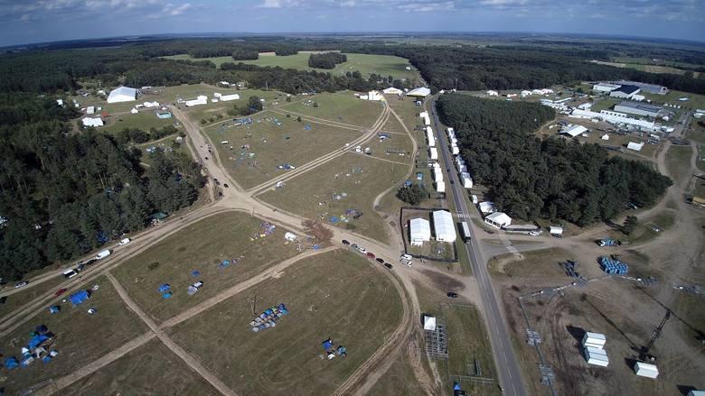 """Przystanek Woodstock 2017 rozpoczyna się za cztery dni. Duża Scena jest już """"uzbrojona"""" w oświetlenie, a na polu z każdą godziną przybywa"""