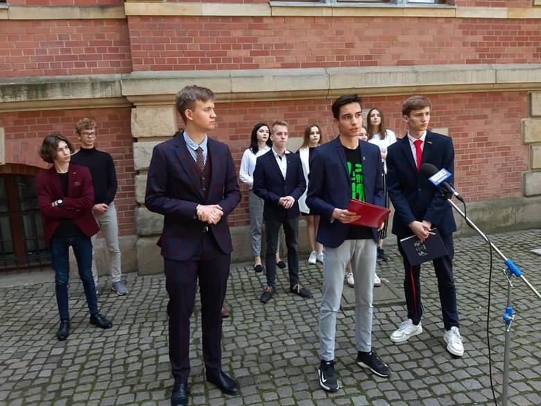 Młodzieżowi Radni Miasta Gdańska. W pierwszym szeregu Hubert Zawadzki, Jakub Hamanowicz i Patryk Mizerski