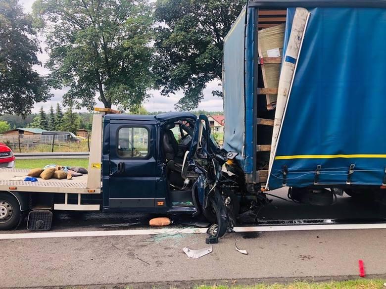 Do wypadku doszło we wtorek, 23 lipca, w Mostkach koło Świebodzina. Zderzyły się samochód ciężarowy oraz laweta. Dwie osoby zostały ranne.Zdarzenie miało