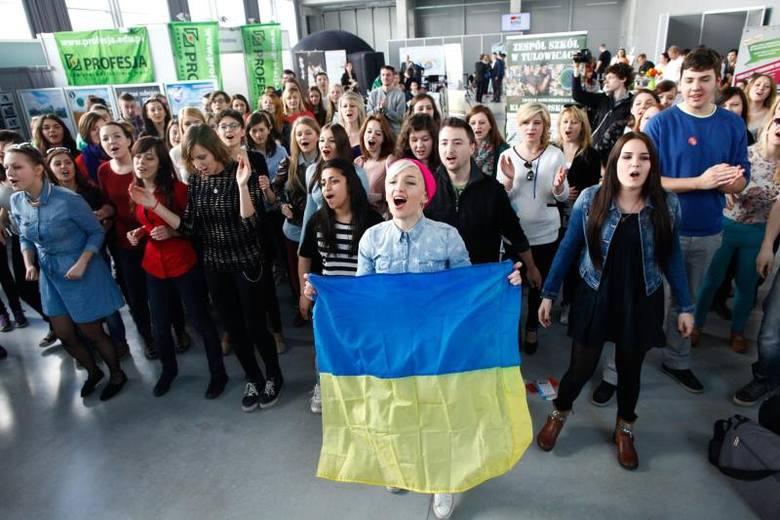 """Ciekawy pomysł na promocję mieli studenci Uniwersytetu Opolskiego. Zorganizowali flash moba. Wykonując piosenkę """"Freedom"""" rozwinęli"""