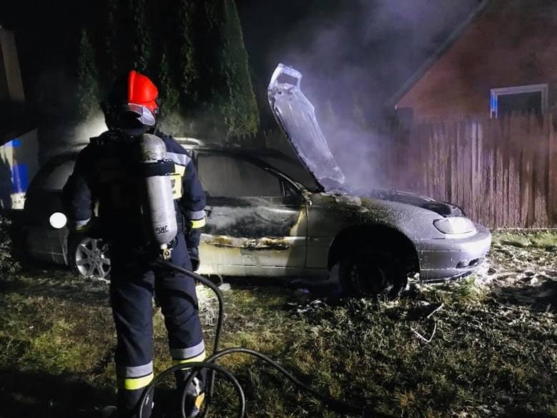W nocy z czwartku na piątek strażacy z OSP Dobrzyniewo Duże zostali wezwani do pożaru samochodu.