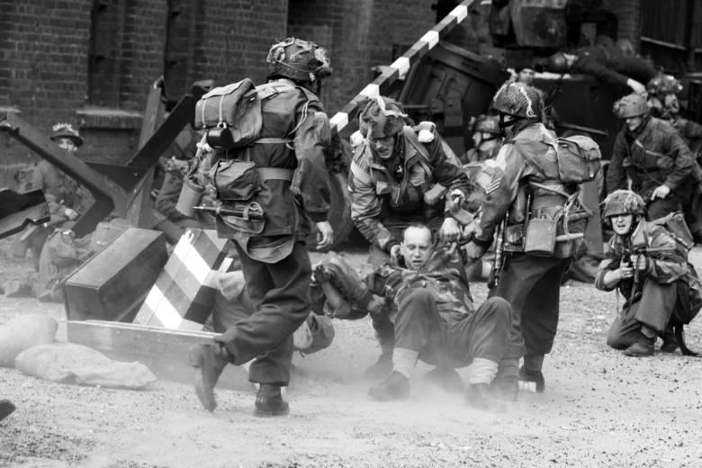 Dzięki rekonstrukcjom w kilkutysięcznym mieście, możemy przenieść na front II wojny światowej...