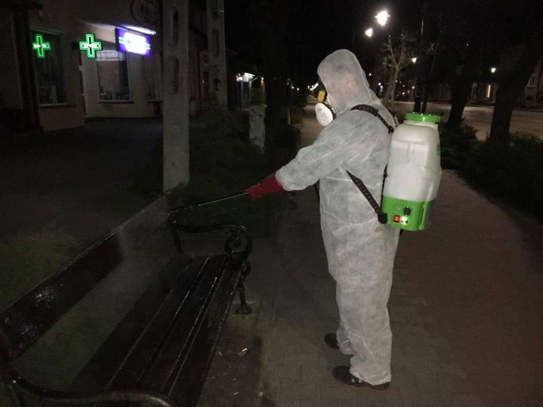 Pracownicy białobrzeskiego Zakładu Usług Komunalnych dezynfekowali między innymi przystanki na terenie w mieście i na terenie gminy.