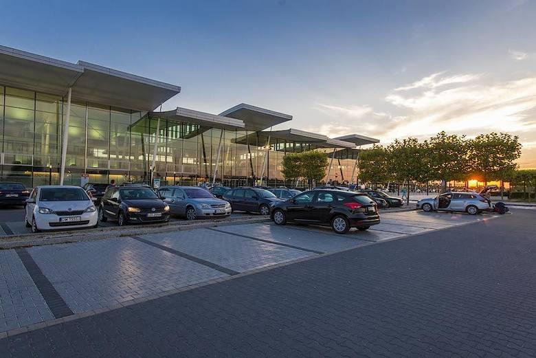 Specjalnie dla tych, którzy chcieliby podrzucić udających się w podróż najbliższych pod sam terminal lub odebrać ich z lotniska istnieje opcja skorzystania