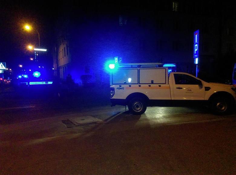 Strażacy otrzymali o godzinie 22.35 zgłoszenie o pożarze w jednym z mieszkań na ulicy Malmeda 8. Z podanych informacji wynika, że z okien i drzwi wydobywał