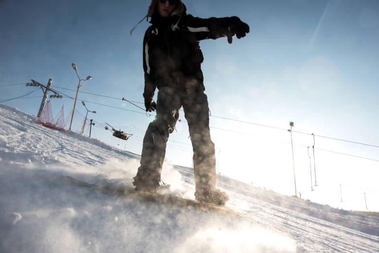 Bardzo niskie temperatury nie odstraszyły narciarzy i snowboardzistów, którzy zjechali wczoraj do Myślęcinka na rozpoczęcie tegorocznego sezonu.