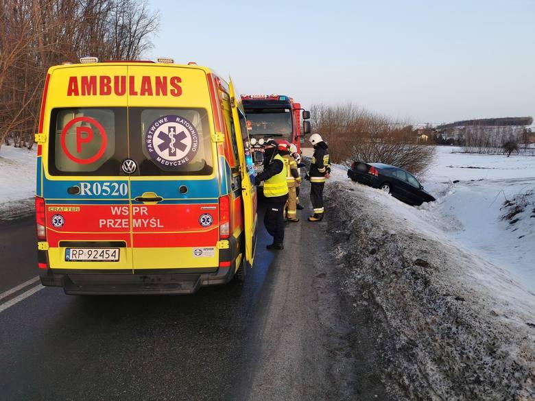 Wypadek w Orzechowcach pod Przemyślem. Kierująca volvo wjechała do rowu, pogotowie ratunkowe zabrało ją do szpitala [ZDJĘCIA]