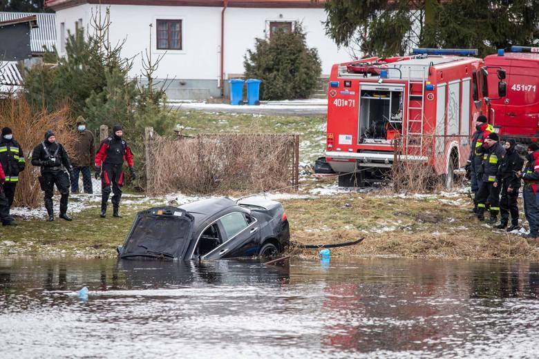 Strażacy wyciągnęli auto z Narwi