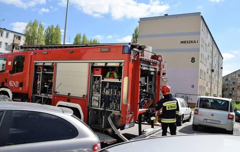 Dziś, 22 kwietnia po godz. 13, strażaków wezwano na ul. Mieszka I w Inowrocławiu. Dym wydobywał się z okna jednego z mieszkań bloku nr 8. Interweniowało