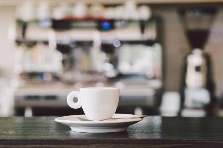 Ile kofeiny ma kawa, a ile herbata? Okazuje się, że herbata nie ma jej wcale dużo mniej niż kawa. Na kolejnych slajdach przedstawiamy konkretne zawartości.ZOBACZ