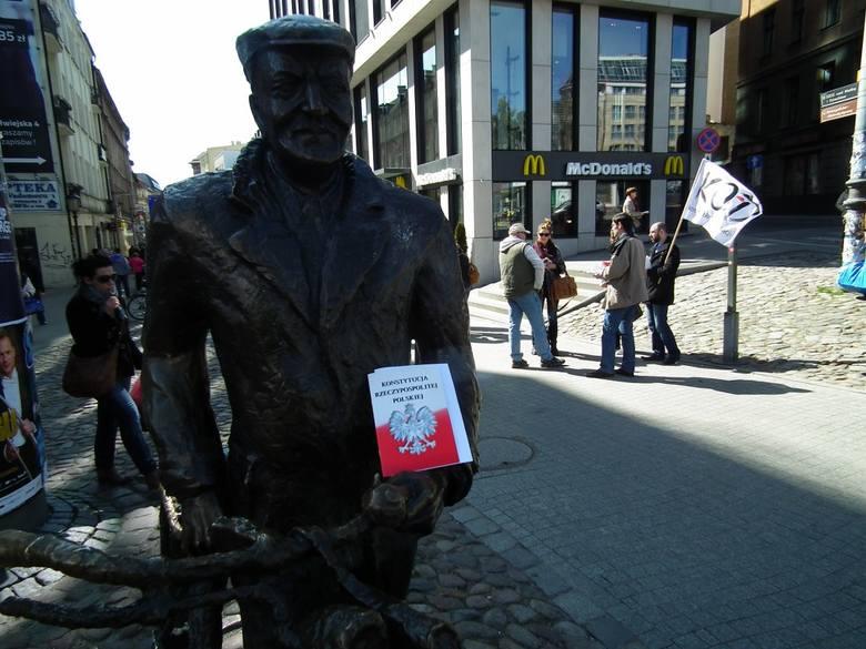 Komitet Obrony Demokracji rozdawał w Poznaniu konstytucję