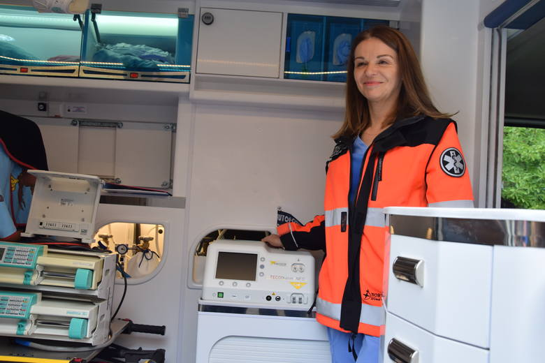 Przekazanie nowoczesnego sprzętu do wprowadzania noworodków w stan hipotermii umieszczonego w karetce - Szpital Uniwersytecki w Zielonej Górze - październik