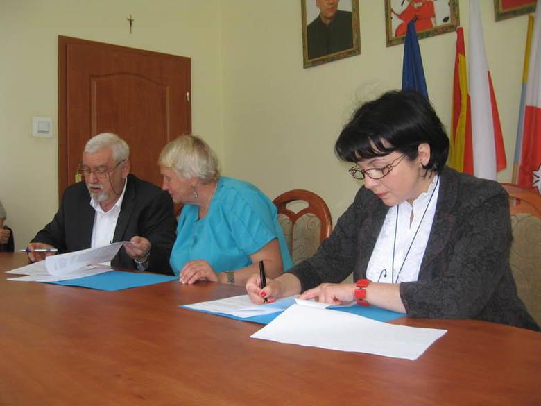 Porozumienie podpisali (od lewej) prof. Wiesław Jamrożek, Lubow Maslinnikowa, wicedyrektor filii w Pskowie oraz Izabela Kumor - Pilarczyk, kanclerz