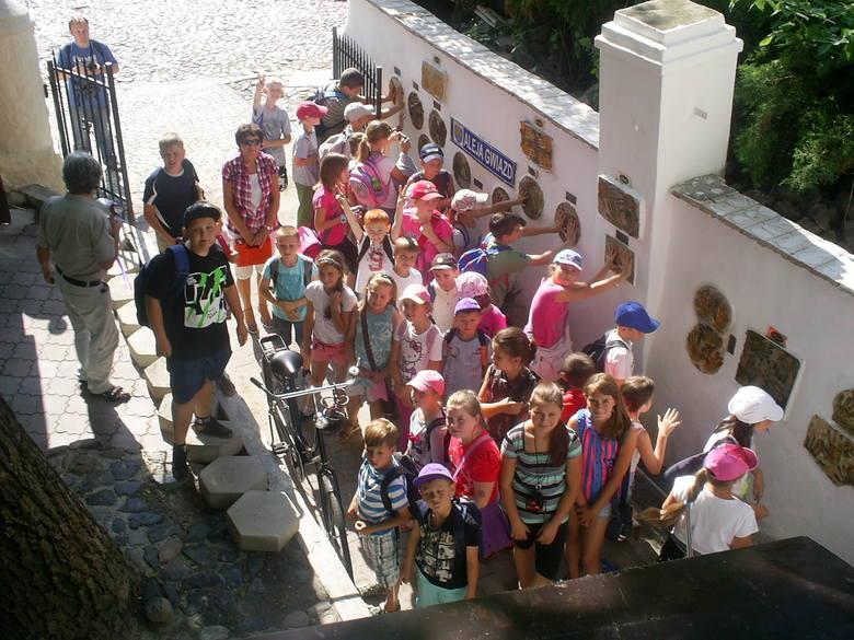 Pamiątkowa aleja to już stały punkt turystycznych wycieczek z regionu oraz gości z całej Polski.