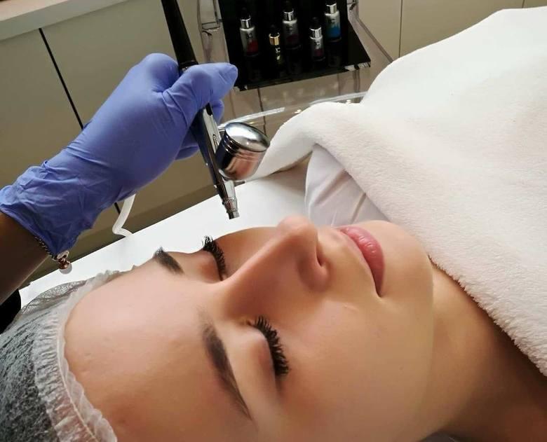 Z usług profesjonalnych salonów kosmetycznych korzysta coraz więcej kobiet, które decydują się również na mniej lub bardziej poważne zabiegi. Coraz częściej