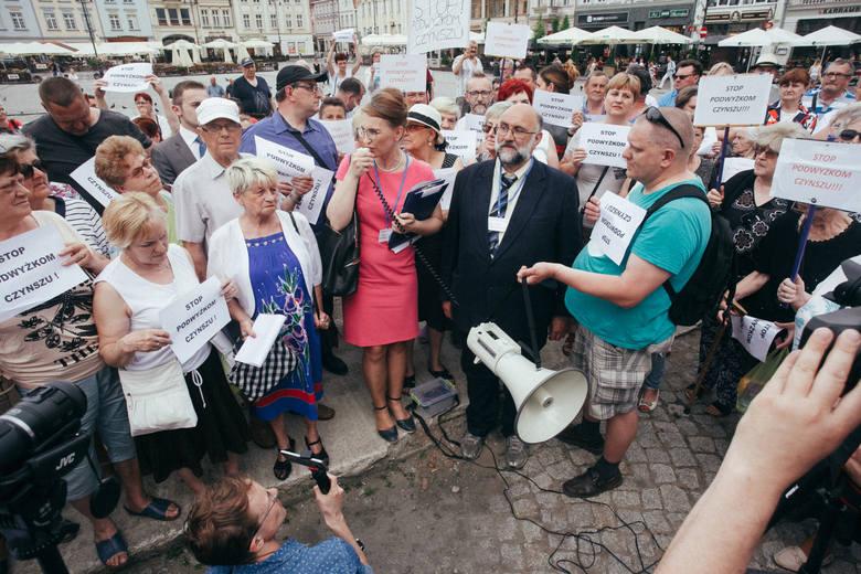 30.05.2017 bydgoszcz miasto mieszkania protest stary rynek czynsz czynsze podwyzki lokale socjalne mieszkancy radni ratusz fot: filip kowalkowski/polska press