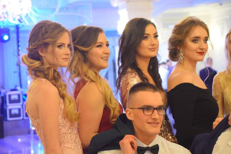 """Piękni i młodzi maturzyści białostockiego """"ekonomika"""" także mieli swoją studniówkę. Po uroczystym przywitaniu gości, wręczeniu upominków"""