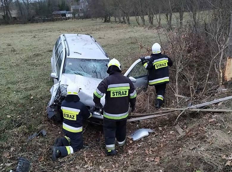 Do wypadku doszło w czwartek, 6 grudnia, na trasie między Dąbiem i Brzeźnica. Osobówka uderzyła w drzewo. Jedna osoba została ranna.Kierujący osobówką