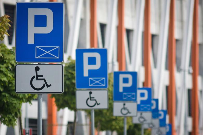 W jaki sposób mieszkańcy wyłudzają miejsca parkingowe w SPP? Przed miesiącem do Wydziału Parkowania ZDM przyszedł mężczyzna, który chciał wykupić kartę upoważniającą do parkowania w strefie za 5 złotych. Miał przy sobie wszelkie niezbędne dokumenty wraz z upoważnieniem od osoby niepełnosprawnej....