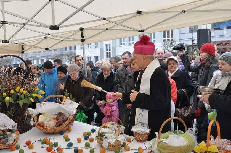 Od kilku lat białostoczanie przychodzą poświęcić pokarmy na Rynek Kościuszki