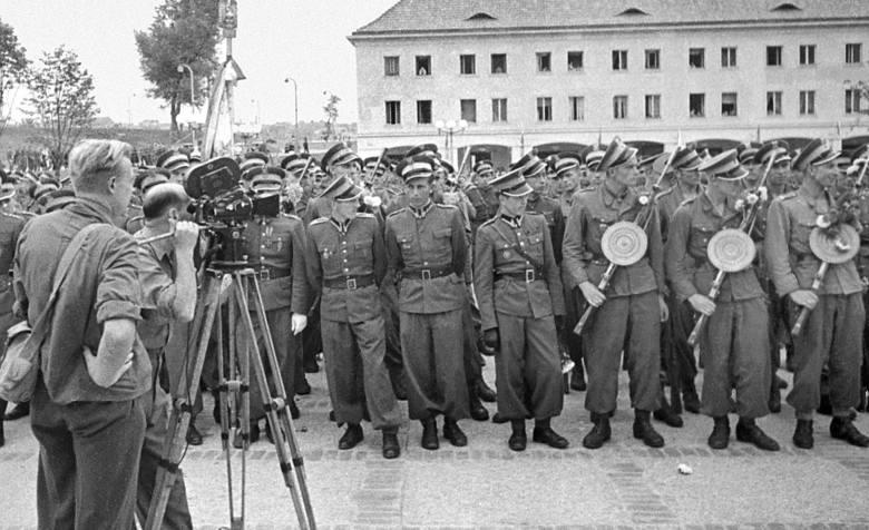 """Żołnierze KBW podczas wysiedleń ludności ukraińskiej w ramach akcji """"Wisła"""". 1947 r."""