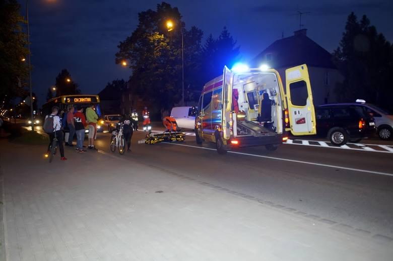 Kierujący Nissanem zatrzymał się przed przejściem dla pieszych natomiast jadący na pasie obok kierowca Audi tego nie zrobił i uderzył przechodzącego