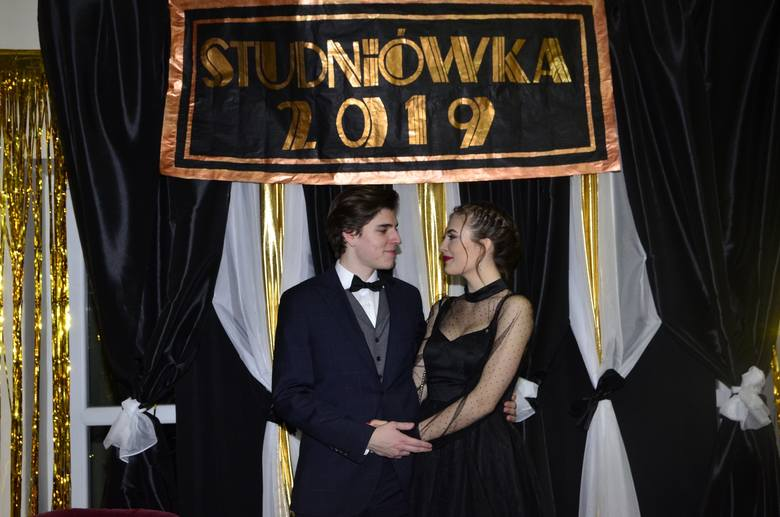 Sezon studniówek wystartował. Maturzyści z kolejnych poznańskich szkół bawią się więc na tradycyjnym balu, z którego zdjęcia mogą być pamiątką na całe