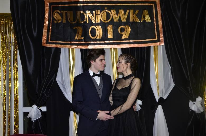 Sezon studniówek za nami. Maturzyści z kolejnych poznańskich szkół bawili się na balu, z którego zdjęcia mogą być pamiątką na całe życie. Zobaczcie urocze