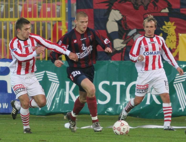 Przemysław Kaźmierczak (wśrodku) jest w rewelacyjnej formie. Przed tygodniem świetny mecz z Zagłębiem Lubin. Teraz popisowa partia przeciwko Cracovii.