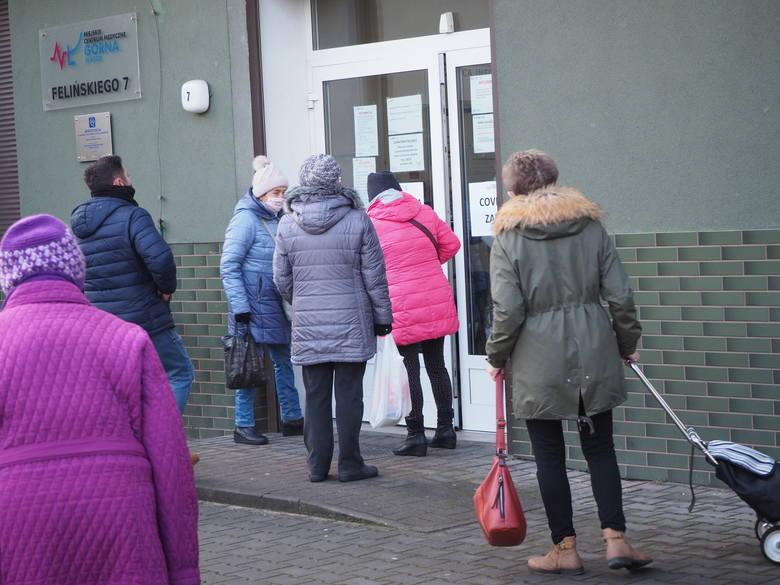 W Łodzi  kilkadziesiąt osób stało przed miejską przychodnią przy ul. Felińskiego 7 na Górnej, wiele też osób ustawiło się w kolejkę przed poleską przychodni