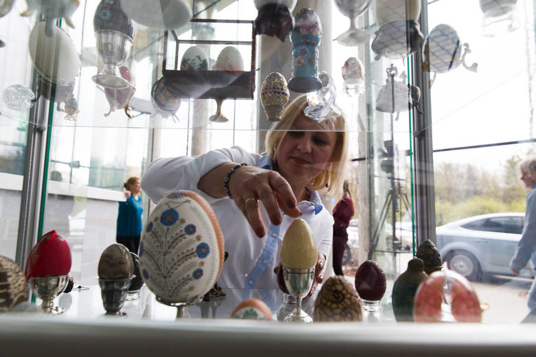 Beata Mozolewska ma 200 pisanek z całego świata