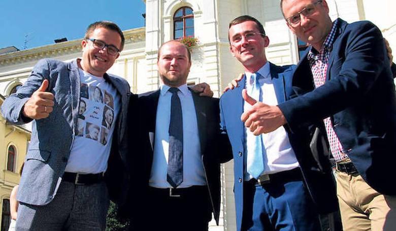 Puławski Tomasz; umowa o pracę 32 595,27 i 64 876,66 złotych brutto, dieta radnego 28 674,64 złotych, dieta dla członków rady lokalnej grupy rybackiej 150 złotych.