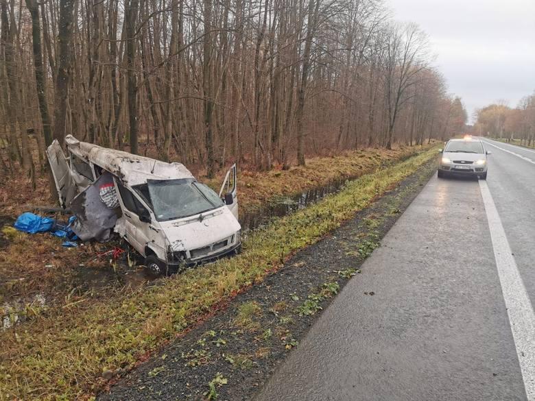 W okolicach Parsowa bus zjechał z drogi o wpadł do rowu. Kierowca był trzeźwy, jechał jednak najprawdopodobniej z nadmierną prędkością. Został przez