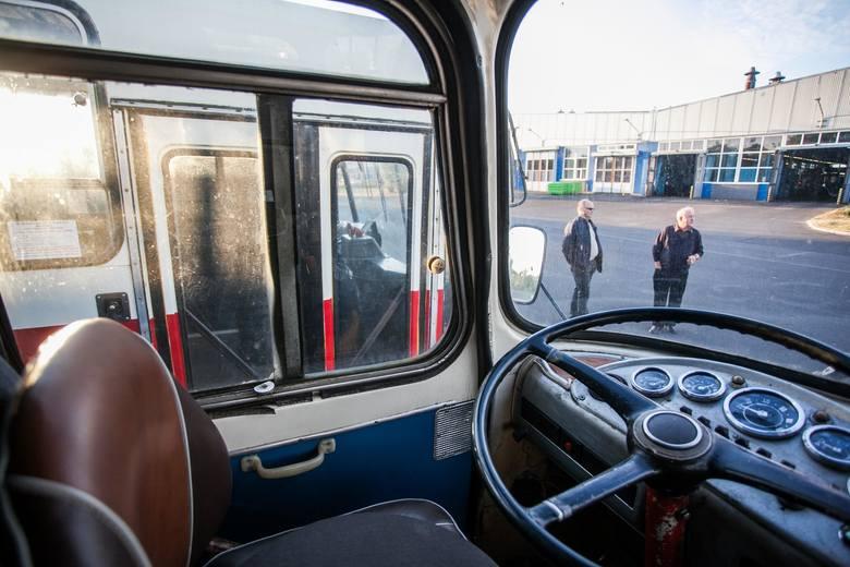 Zajezdnia MZK stare autobusyzabytkowe autobusy w zajezdni MZK