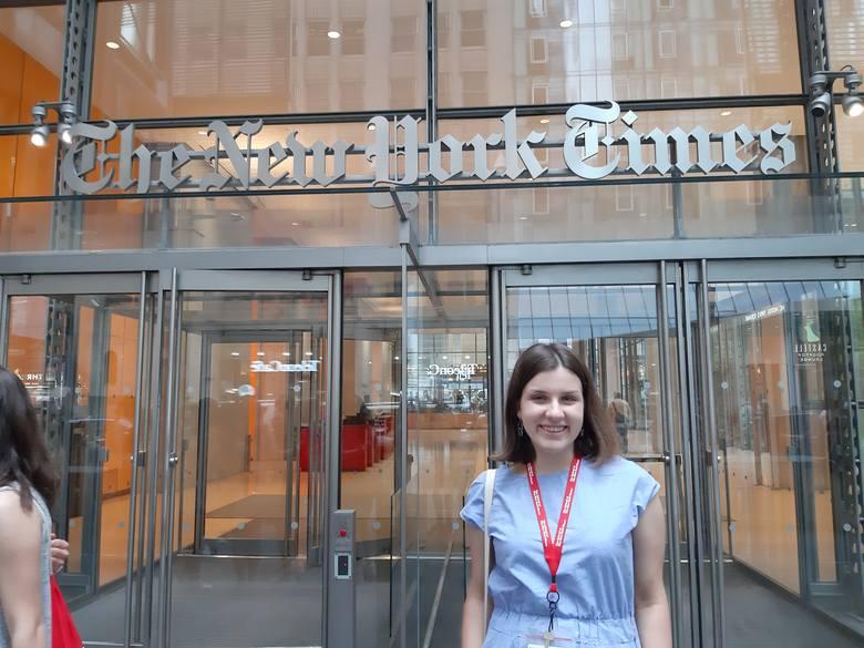 Zuzanna Kuffel przed siedzibą New York Times