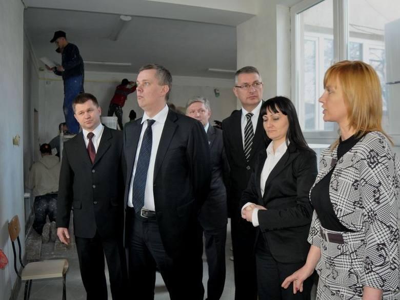 Tomasz Siemoniak, sekretarz stanu MSWiA odwiedził Zespół Szkół Budowlanych, dotknięty ogromnymi stratami przez ubiegłoroczną powódź