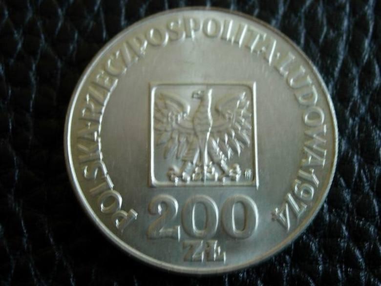 Trzydziestolatek kupował pół litra wódki i napój, a gdy przyszło do zapłaty, wyciągnął srebrną monetę o nominale 200 złotych.