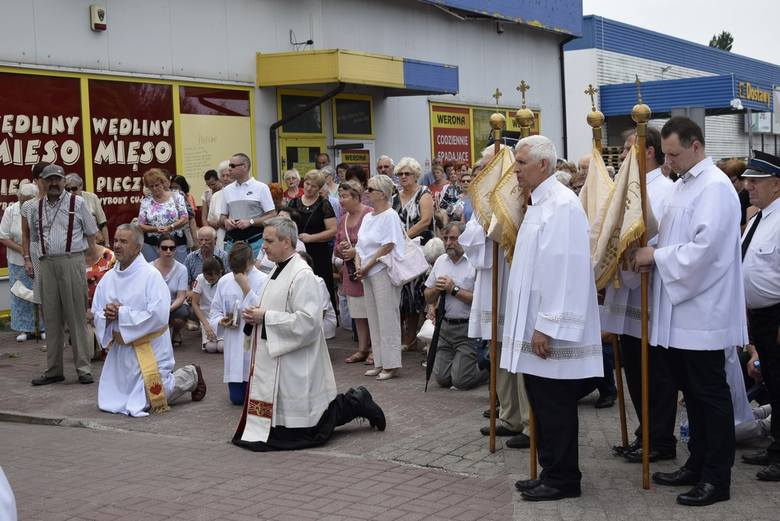 Wierni w Skierniewicach celebrują jedno z najważniejszych świąt w kościele katolickim, potocznie zwanym Bożym Ciałem. Najwcześniej procesja rozpoczęła się na osiedlu Widok – wyruszyła z kościoła Najświętszego Serca Pana Jezusa.