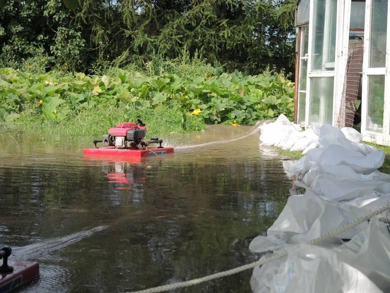 Wielki potop w gminie Darłowo. Zalane domy, pomoc wojska