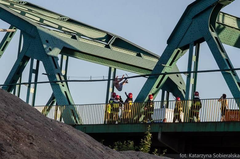 Mężczyzna wszedł na Most Fordoński i grozi, że z niego skoczy