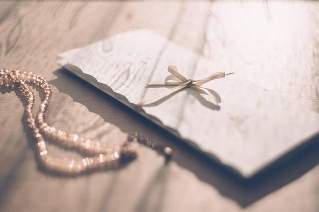 Ile na wesele wypada włożyć do koperty? To pytanie, przed którym staje coraz więcej gości weselnych. Doradzamy, ile daje się do koperty oraz od czego