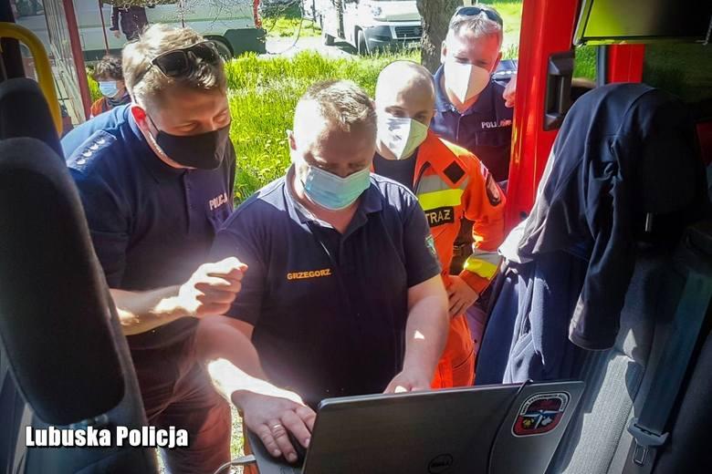 W poszukiwania zaangażowane są ogromne siły policji i straży pożarnej.