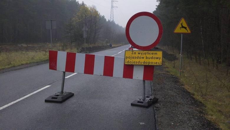 Chodzi o odcinek Olesno-Dobrodzień-Zawadzkie, który  remontowany jest w kilku miejscach. Z powodu prac wyznaczono objazd przed Bierdzany i Ozimek. Trasa