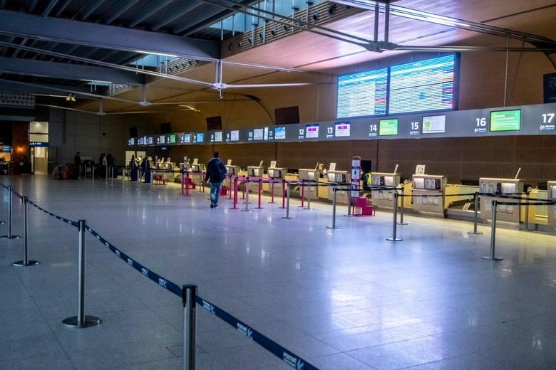 Osoby wracające z zagranicy do Polski mówią, że kontrole na polskich lotniskach są niewielkie. - Gdyby ktoś był zakażony koronawirusem, mógłby go roznieść