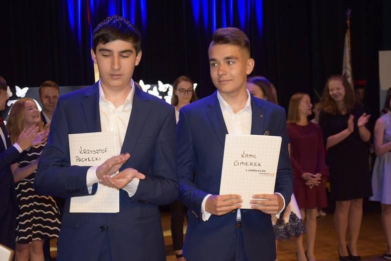 We wtorek, 18 czerwca, w Kinoteatrze Polonez odbyło się zakończenie roku szkolnego i pożegnanie uczniów dawnego Gimnazjum nr 3 w Skierniewicach. Opuszczający szkołę uczniowie otrzymali świadectwa, a wyróżniający się – świadectwa i nagrody.