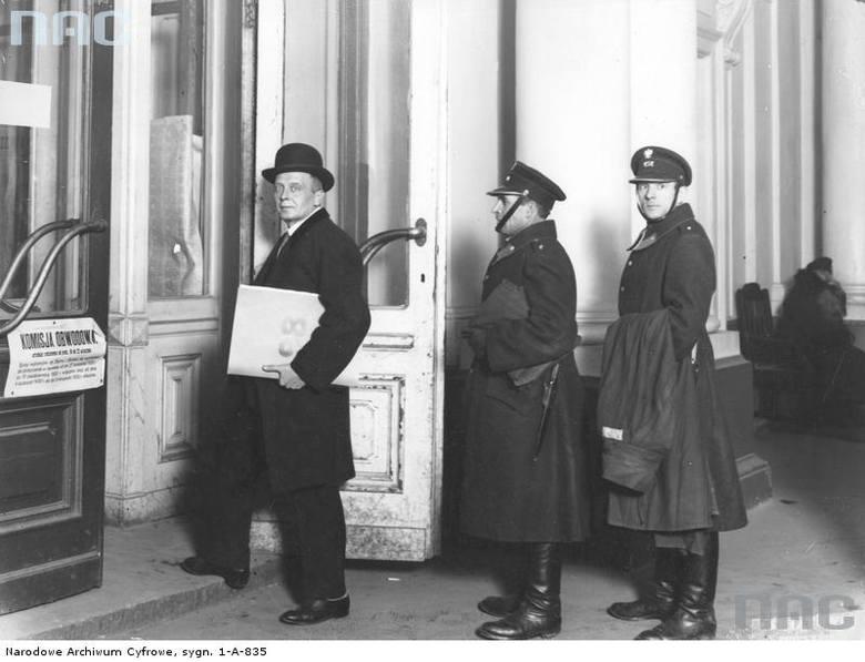 Przedstawiciele I komisji wyborczej przybywają z raportami do Głównej Komisji Wyborczej w Warszawie