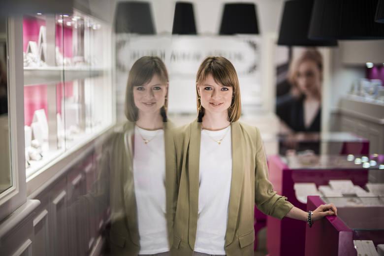 - Wróciłam z Hiszpanii, żeby budować razem z moim bratem nową markę, która te ostatnie 6 lat rosła i dojrzewała razem z nami - mówi Ania Kruk. <br />